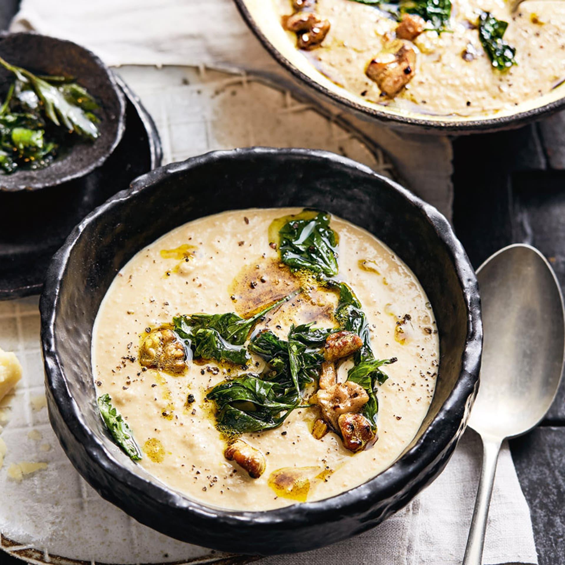 Walnuss-Suppe mit Currybutter