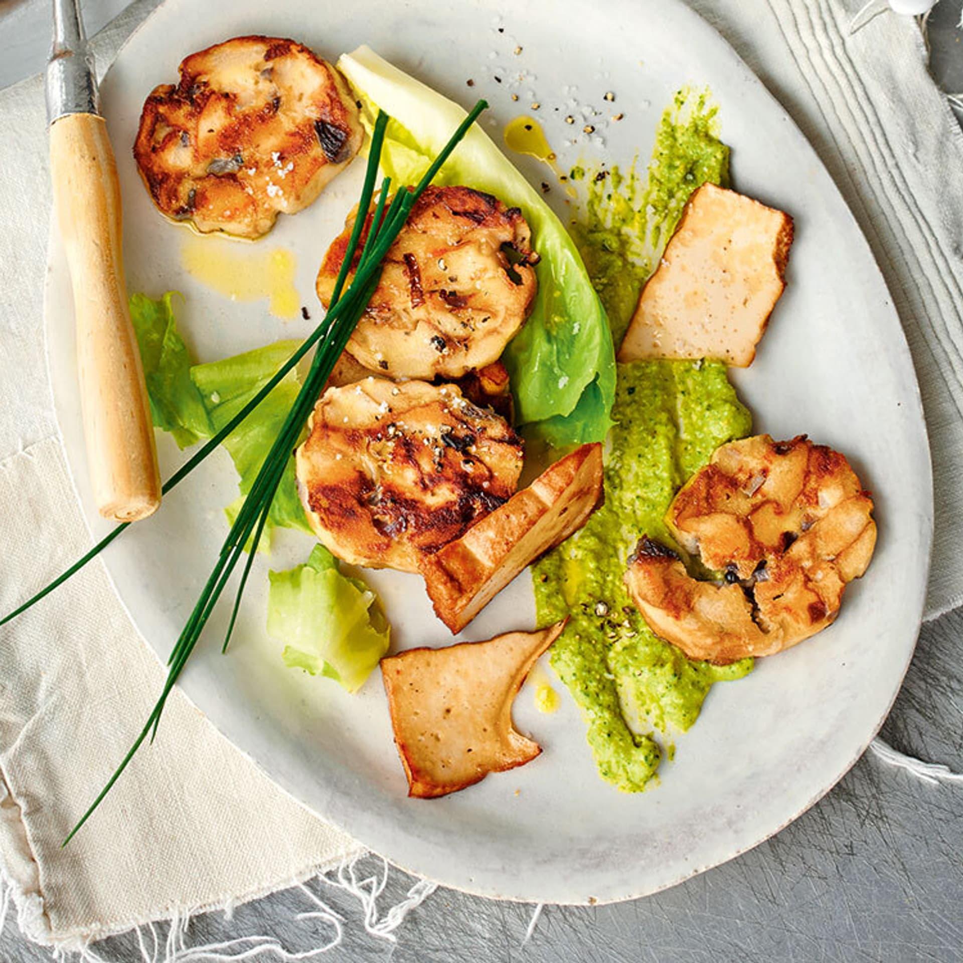 Warmer Laugenknödel-Salat mit Räuchertofu