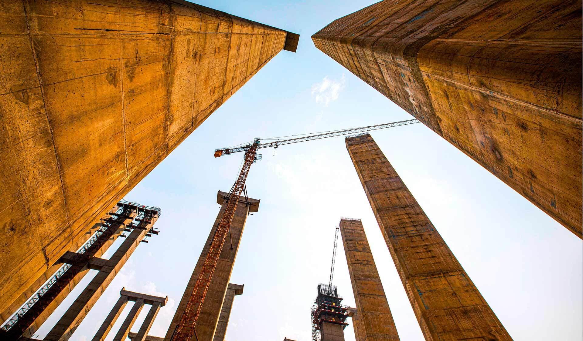 Stahlbetonträger ragen hoch in die Luft