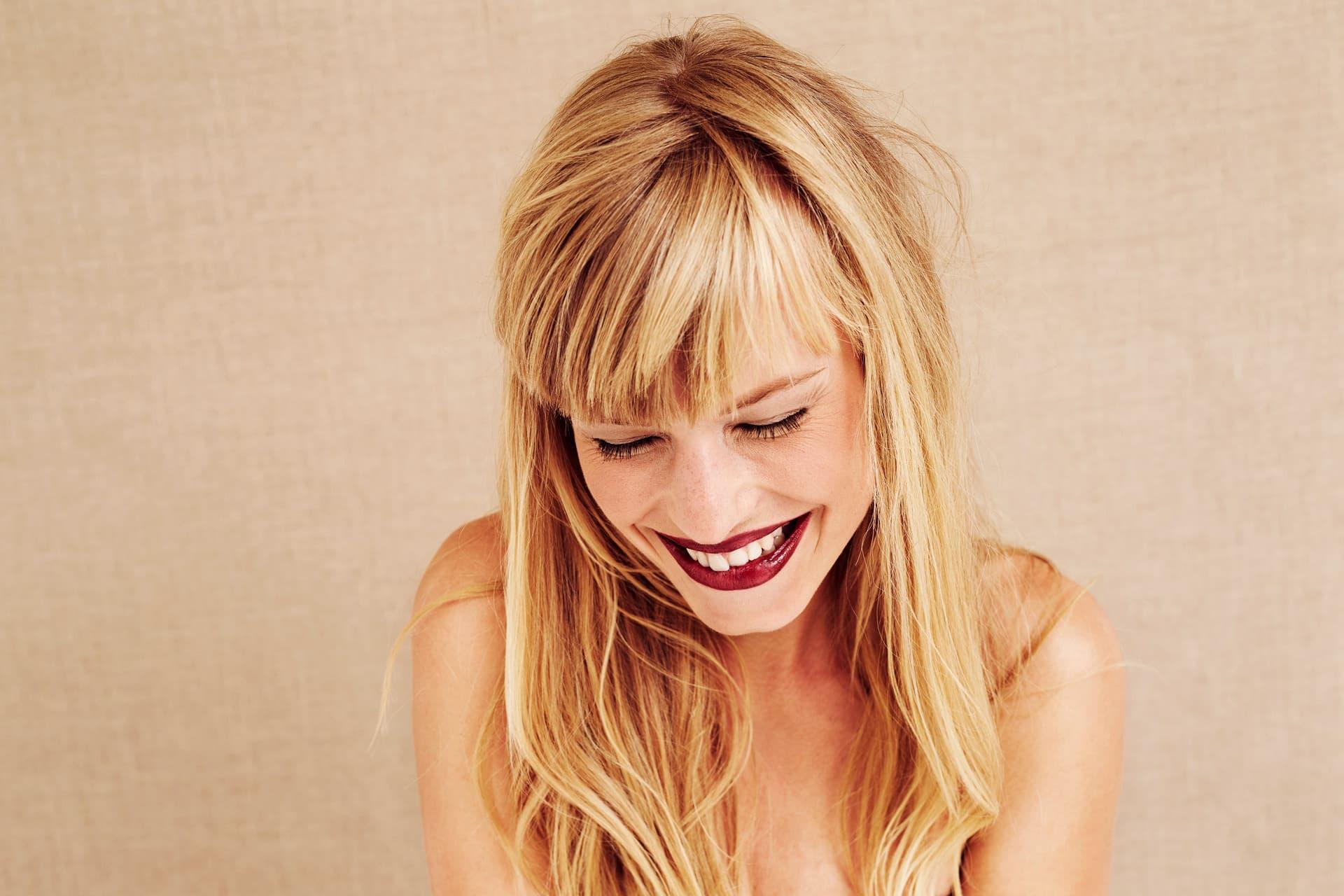 Blonde Frau lacht