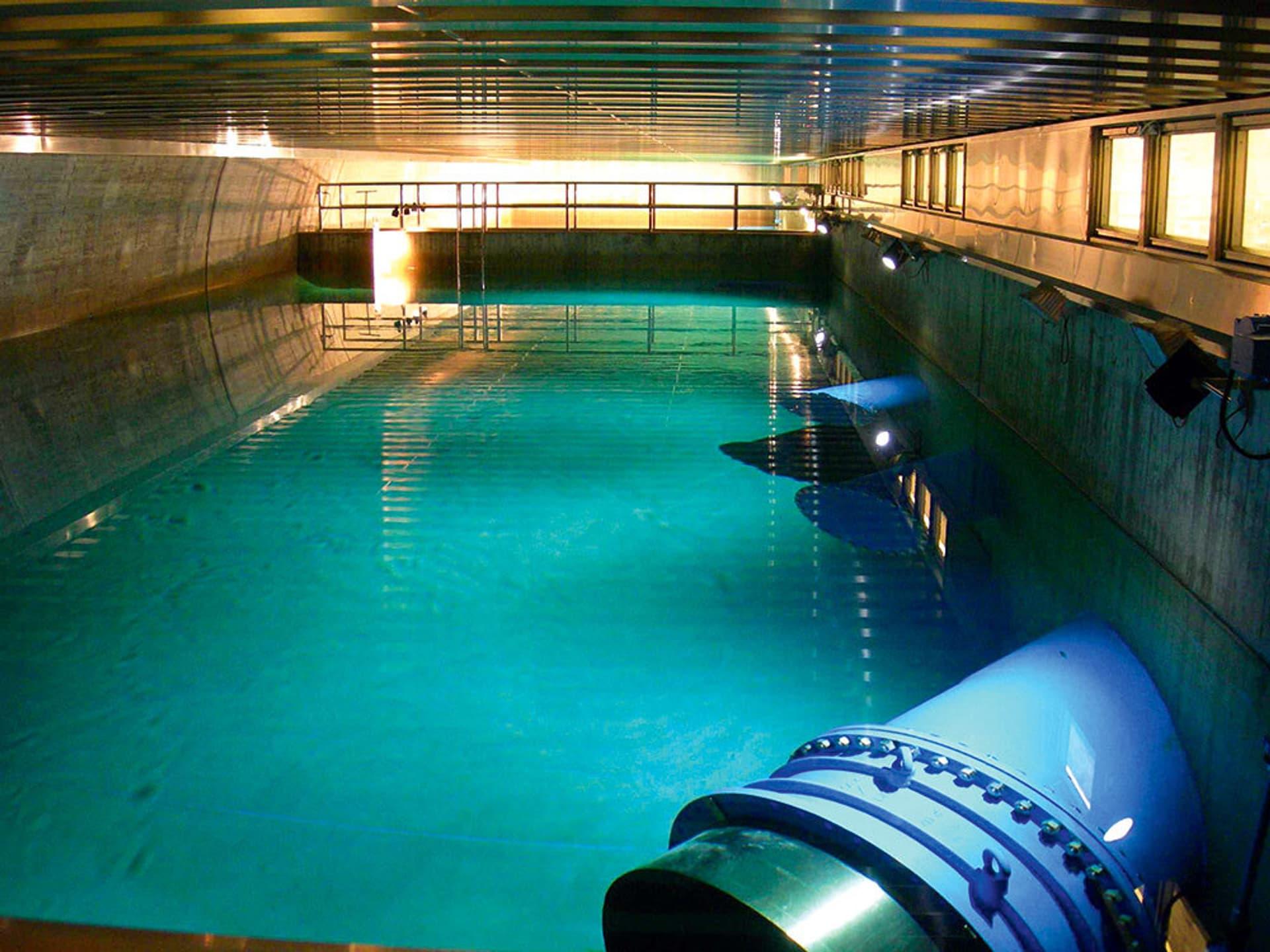 Blau-grün schimmerndes Wasser im Bassin eines Wasserwerks.