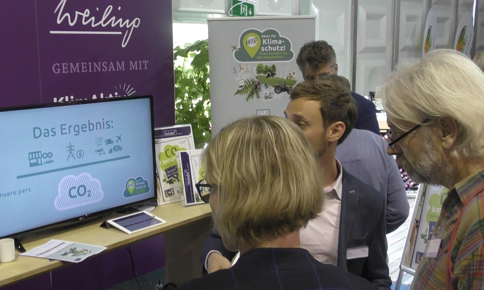Besucher informieren sich über CO2 auf der Weiling-Messe