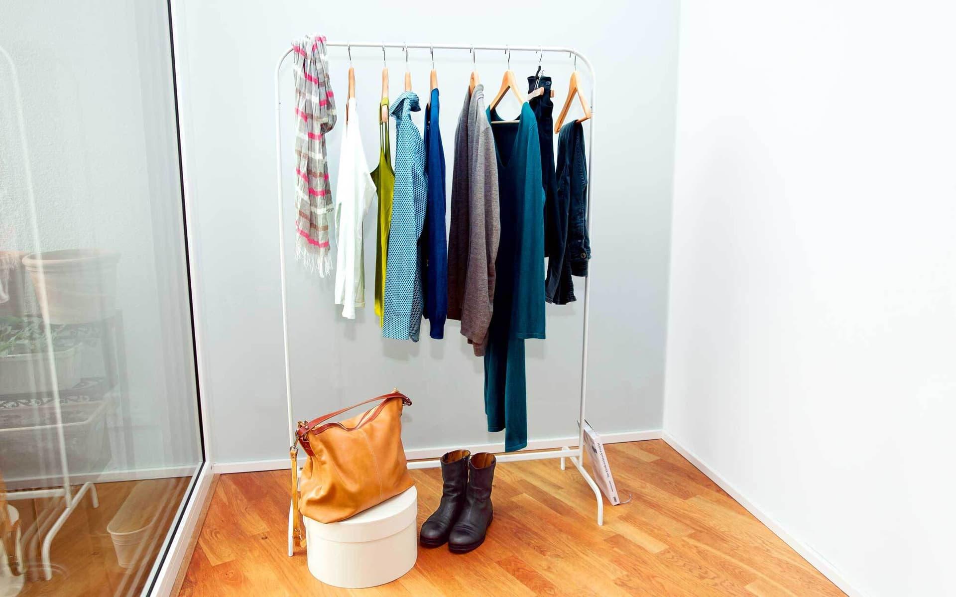 Eine Kleiderstange mit wenig Kleidung