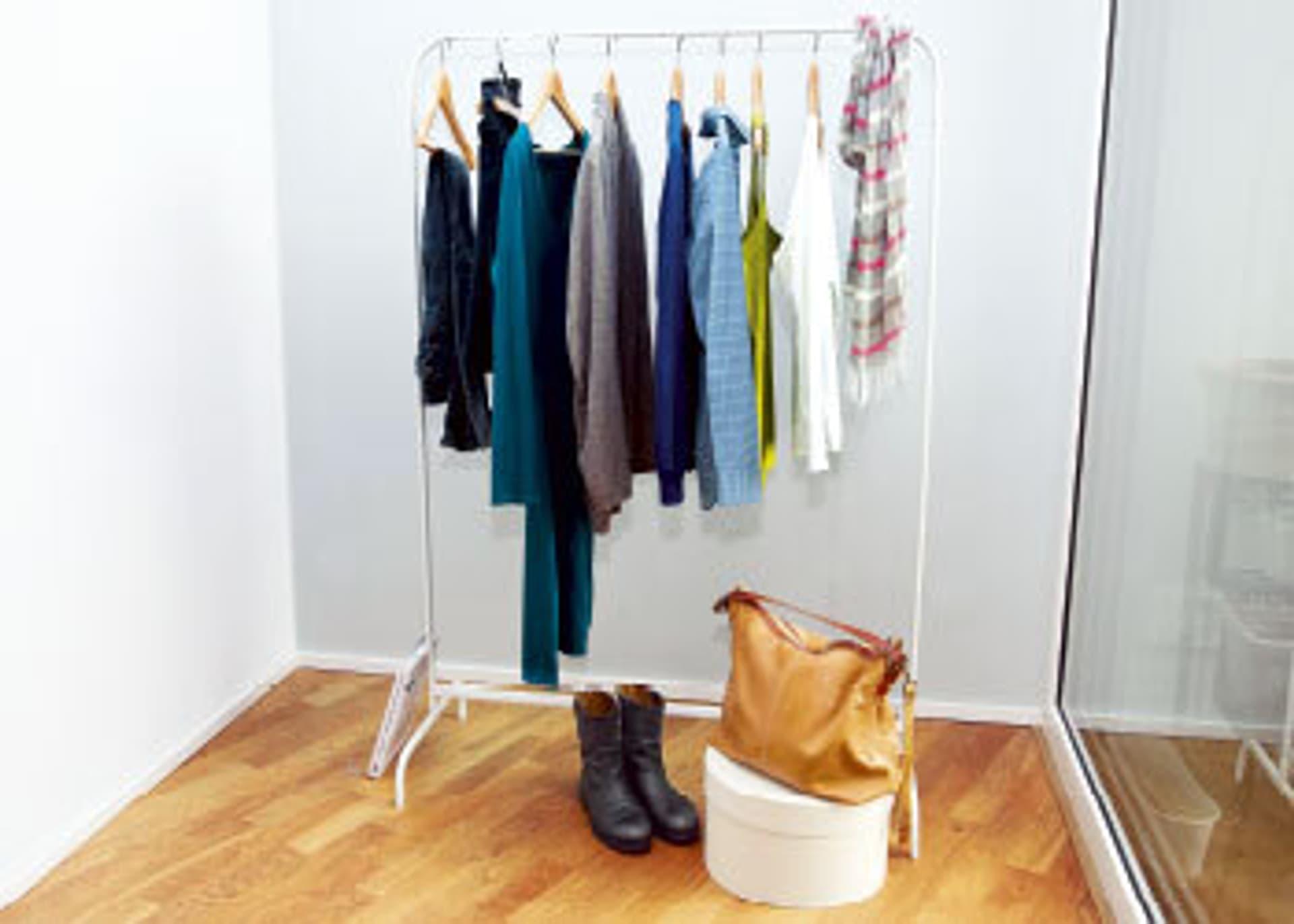 Eine Kleiderstange mit Blusen