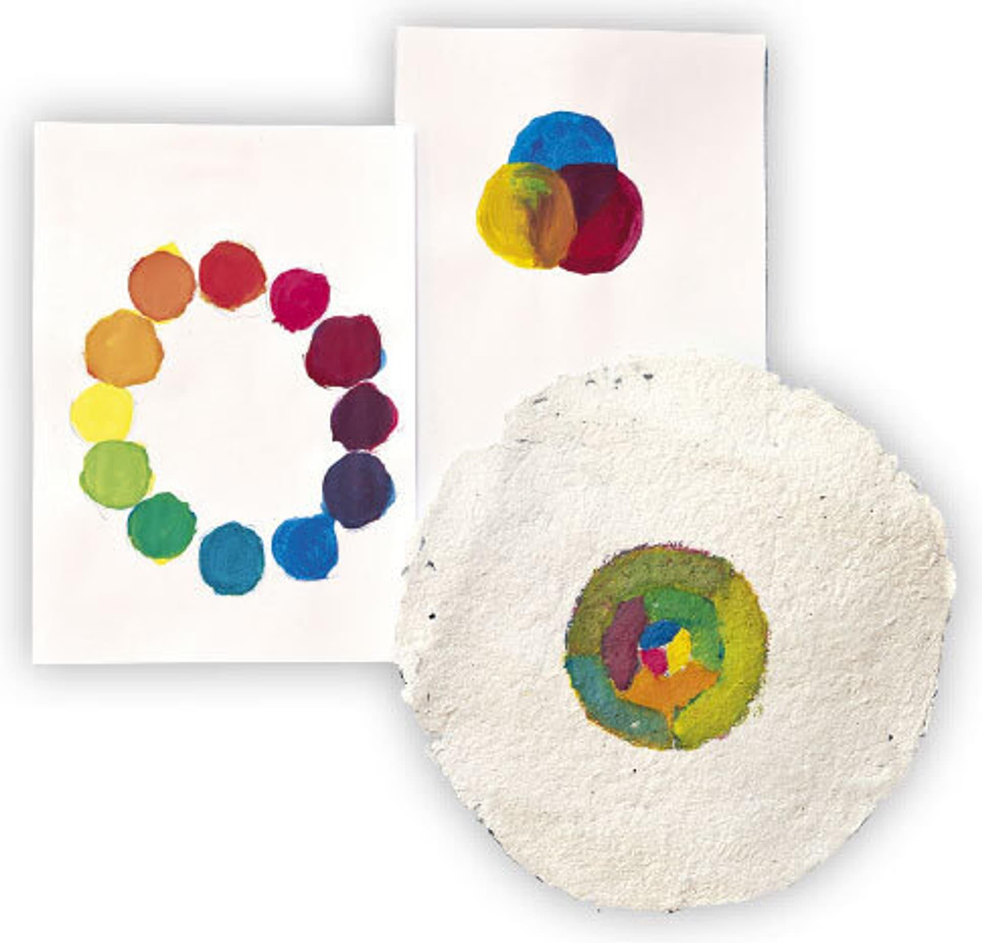 Papier mit Farbtupfen