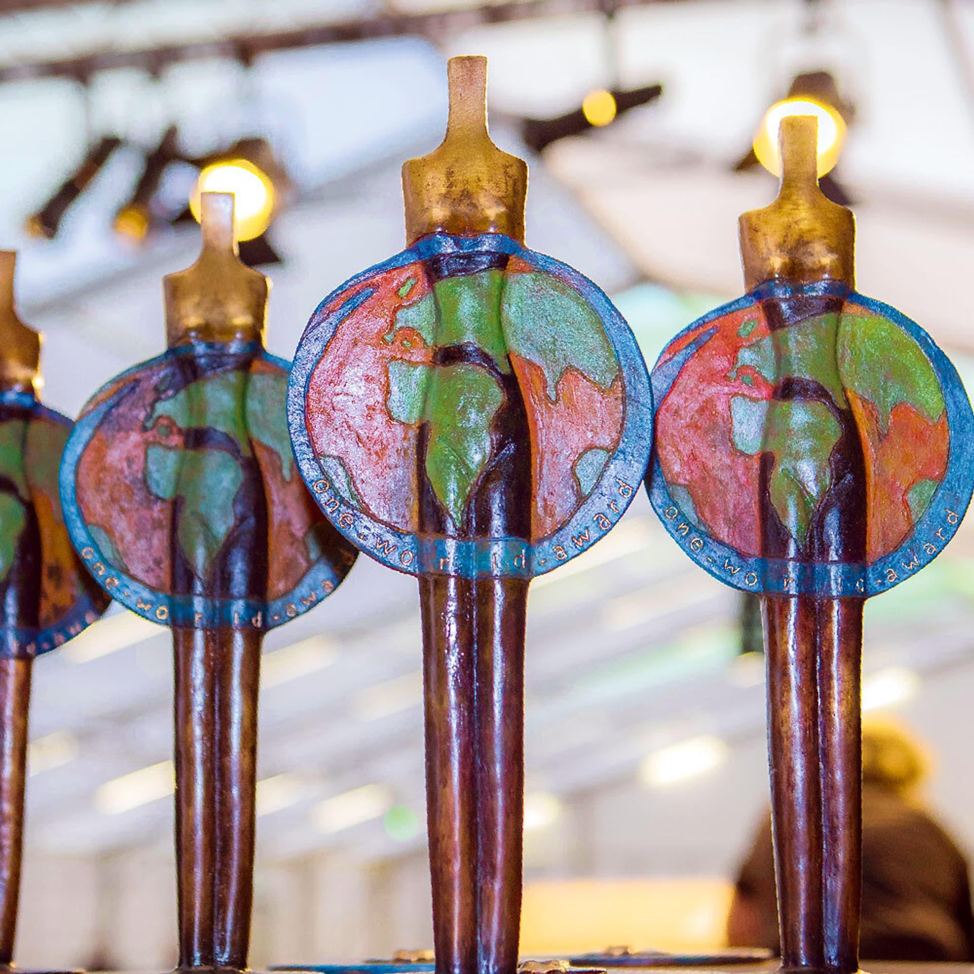 Auszeichnung One World Award-Statuen: Stäbe mit Weltkugelngeln