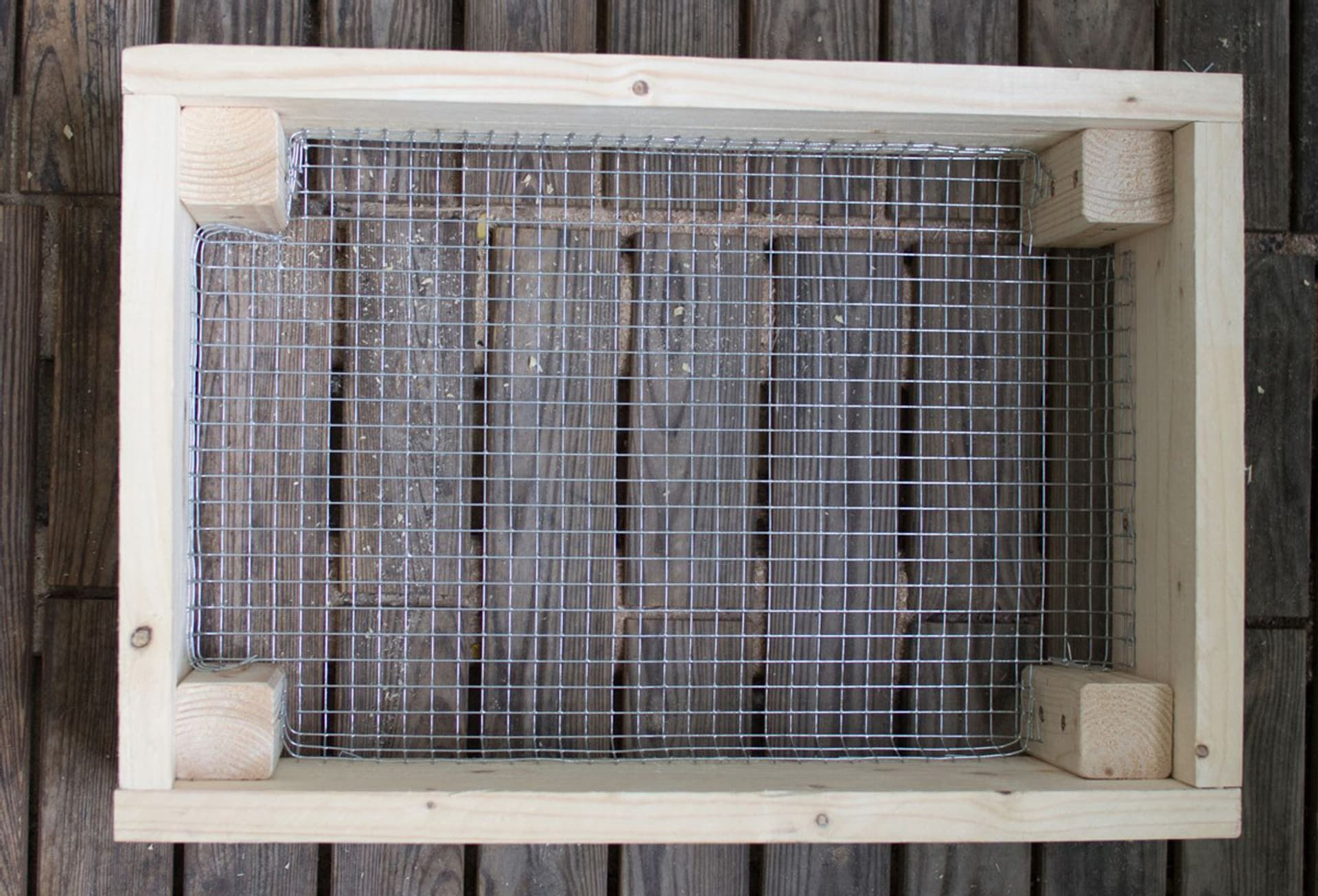 Die Böden der oberen Wurmkisten ist aus Gitter