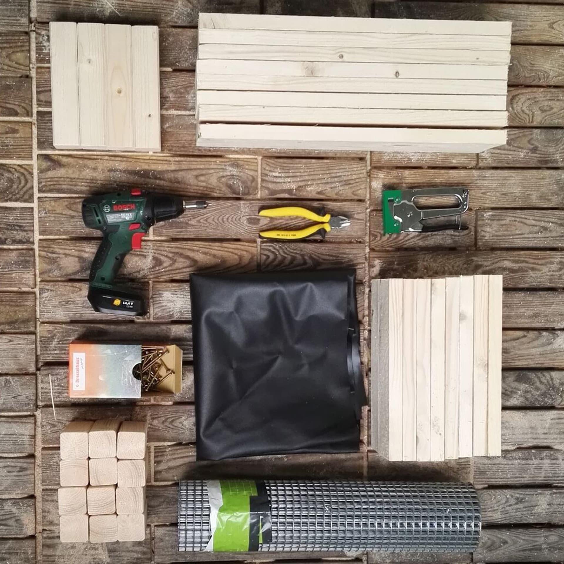 Material, um eine Wurmkiste zu bauen: Tacker, Teichfolie, Bretter, Kaninchendraht