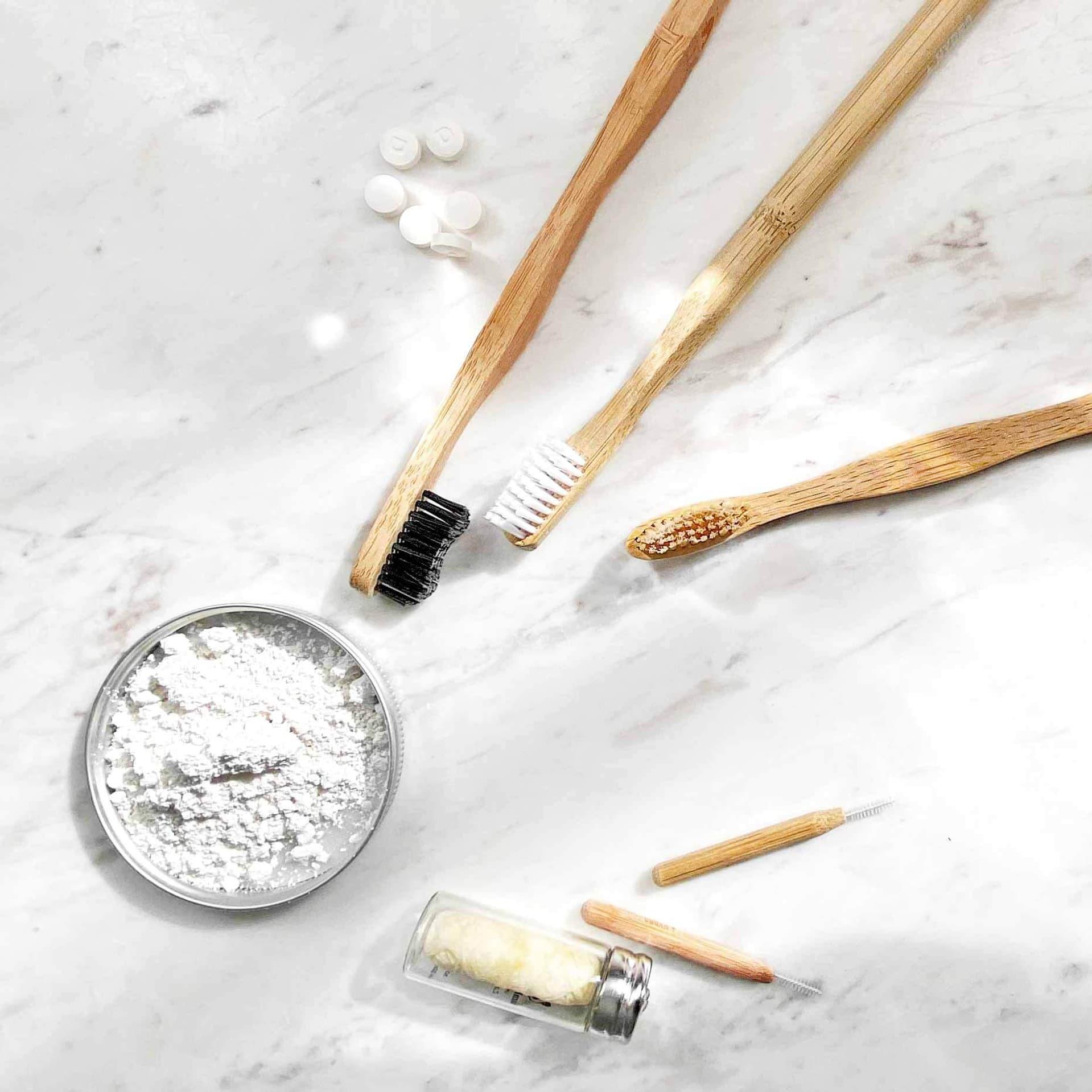 Zahnbürsten aus Bambus, Zahnputzpuder sowie nachhaltige Zahnseide und Interdentalbürstchen.
