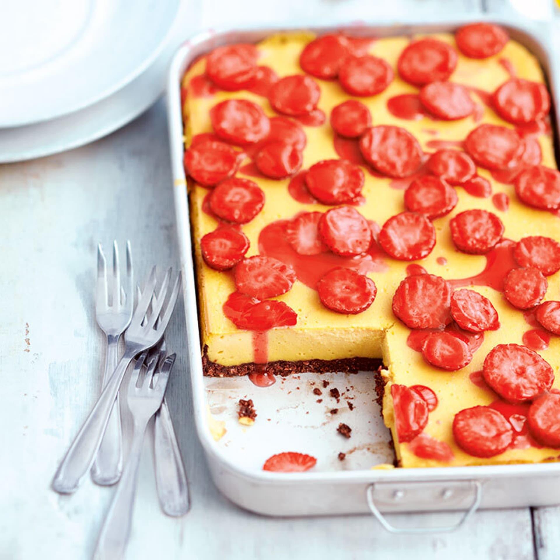 Zitronen tofu kaesekuchen mit erdbeeren
