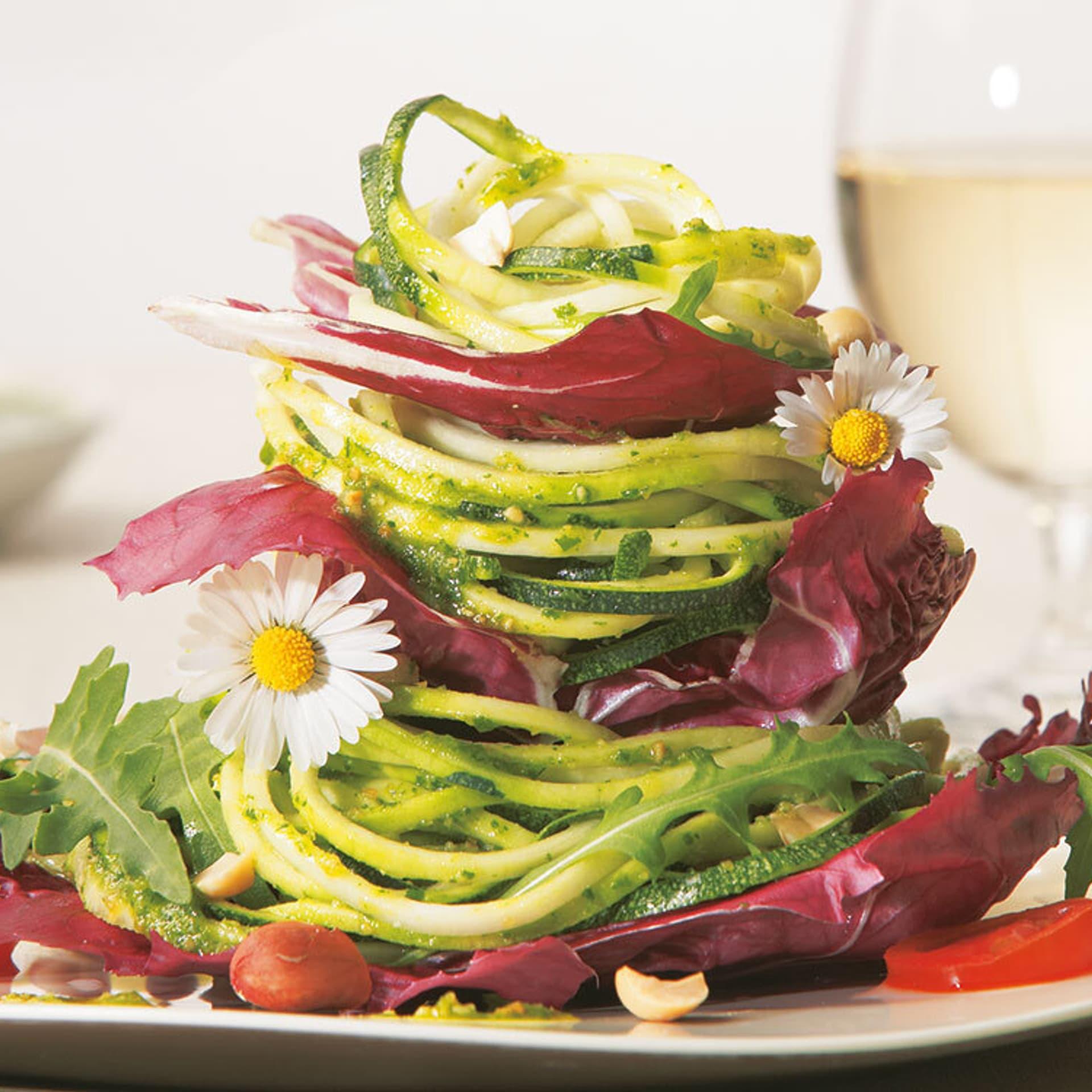 Zucchini pasta mit rauke pesto