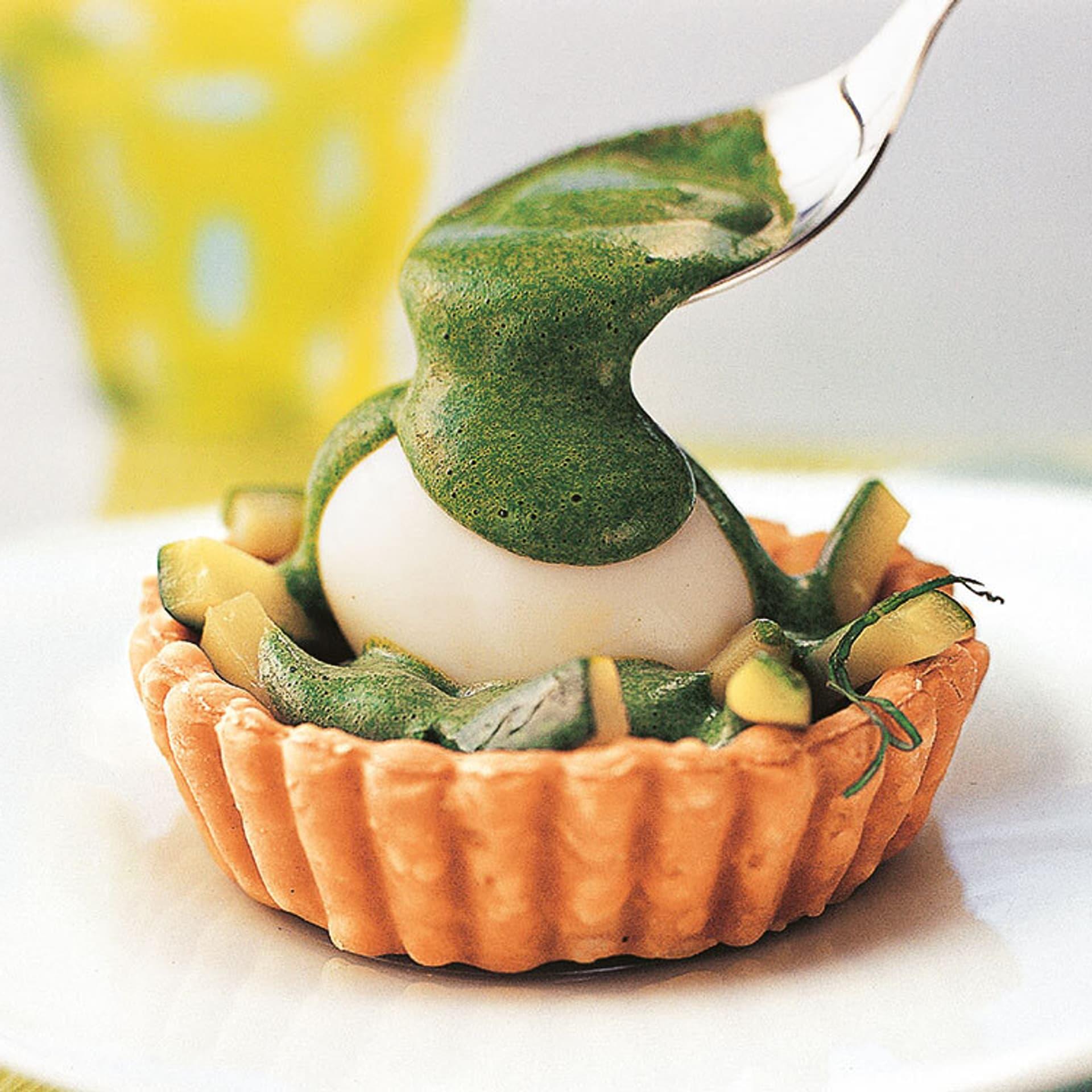 Zucchinitörtchen mit Ei und Spinat-Sabayon