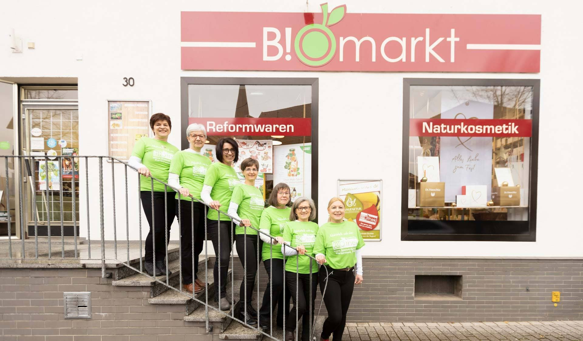 BIOthek-Team auf Treppenstufen stehend