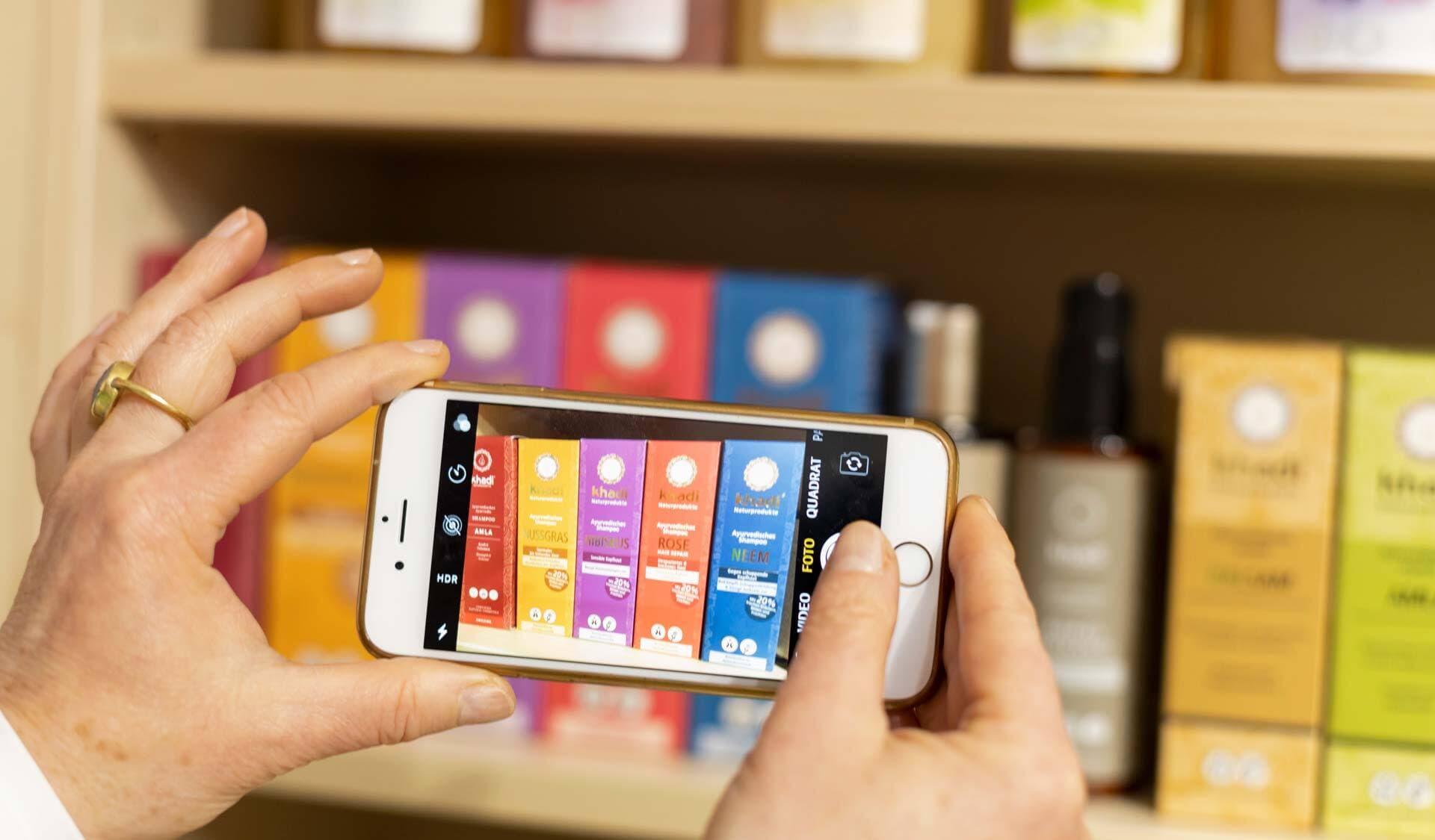 Mit Smartphone Produkte im Regal fotografieren
