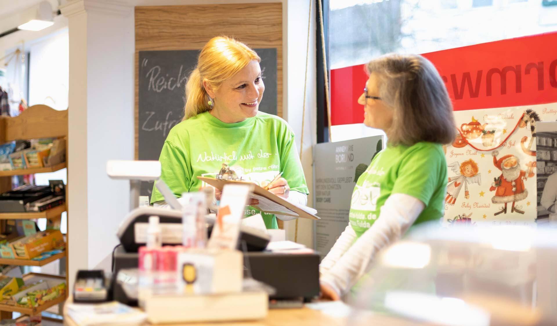 Petra Röhrig und Mitarbeiterin