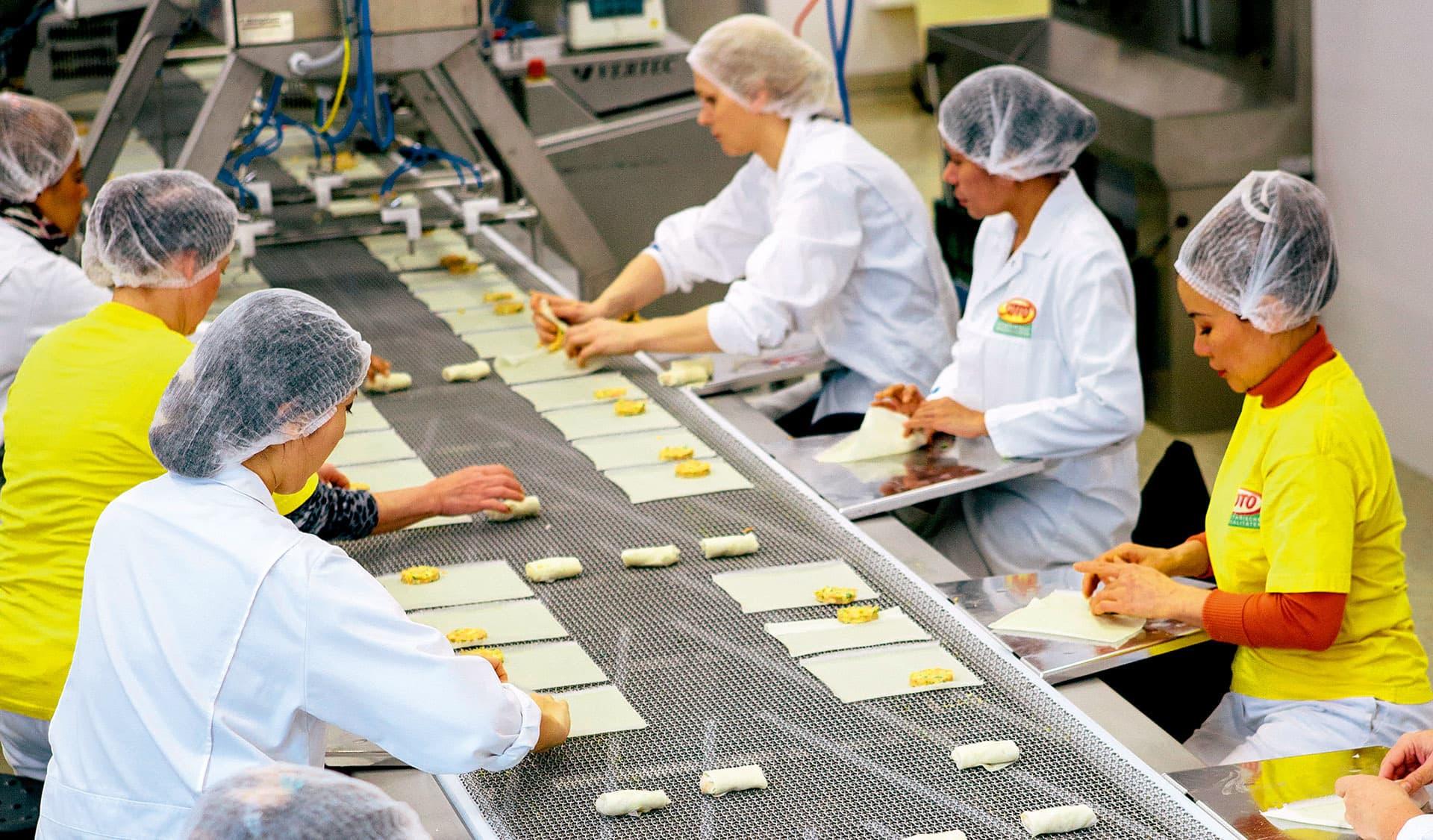 Arbeiterinnen am Fließband bei der organic veggie food GmbH