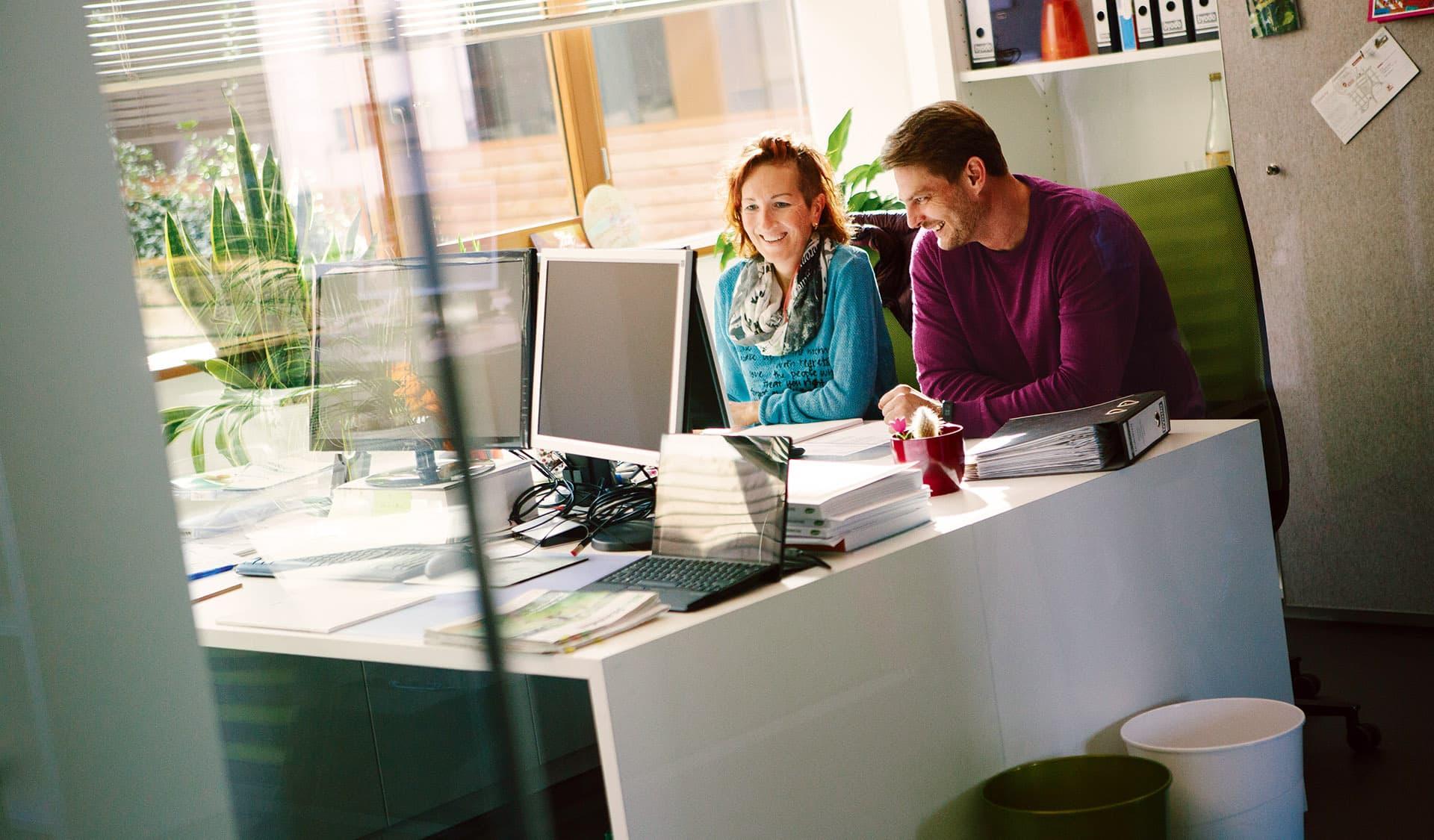 Frau und Mann am Büroarbeitsplatz bei Byodo