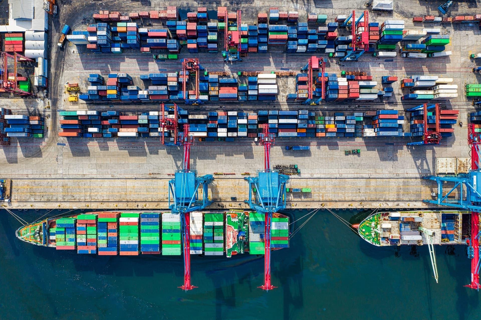 Aus der Vogelperspektive: Containerschiff wird beladen
