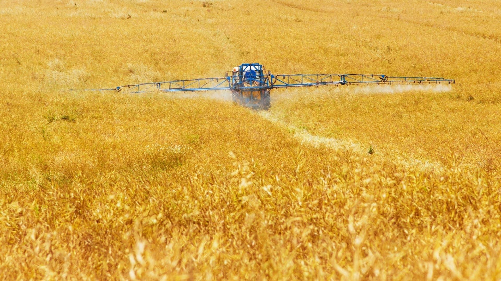 Pestizide werden auf Feld versprüht