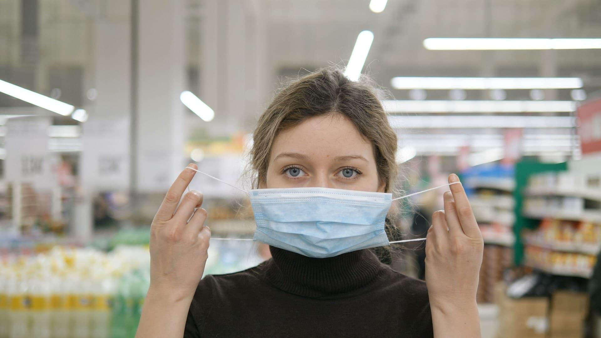 Frau mit Schutzmaske