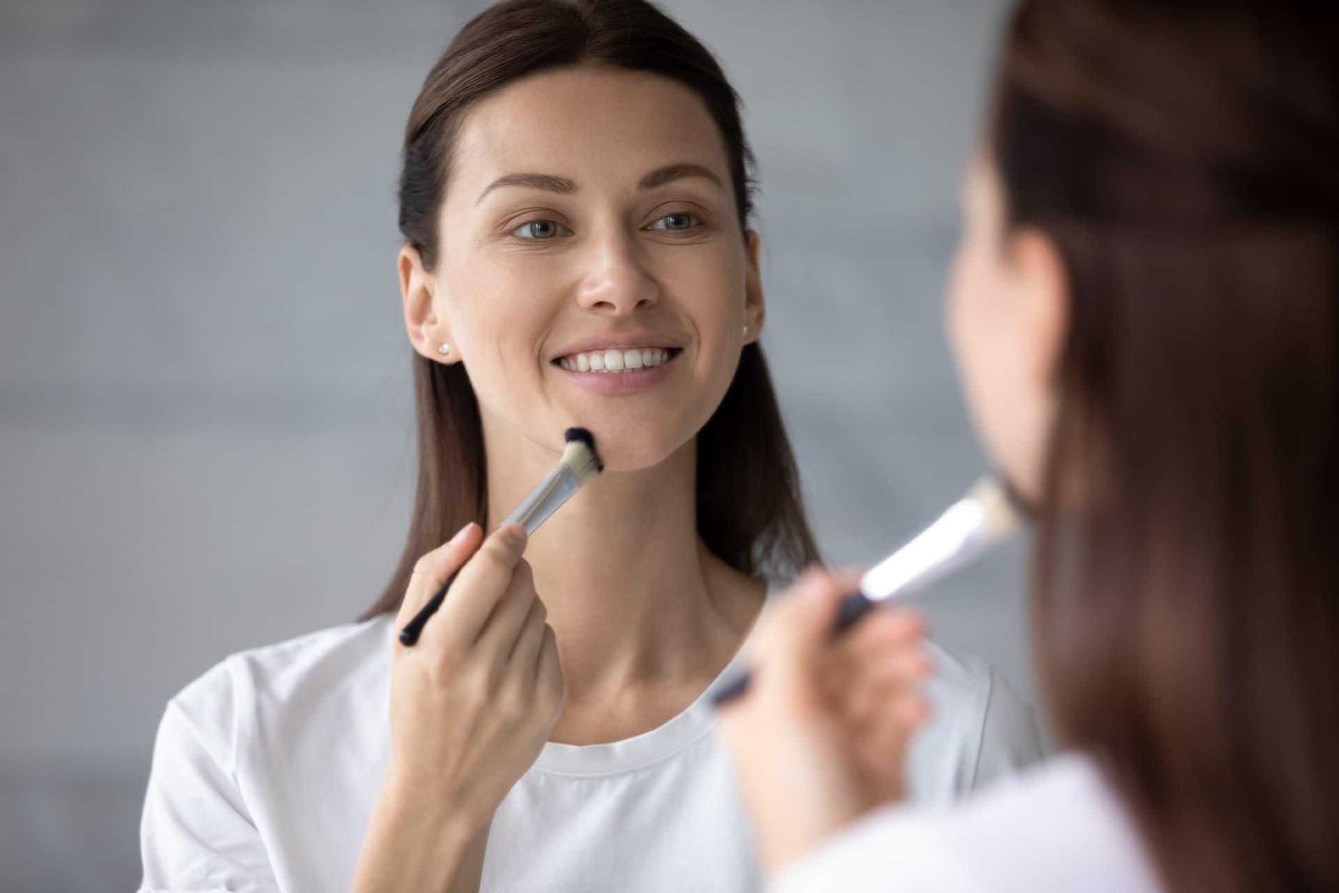 Frau trägt Make-up auf