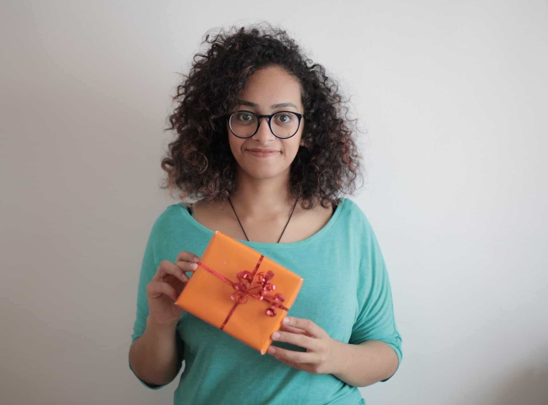 Frau mit Geschenk in den Händen