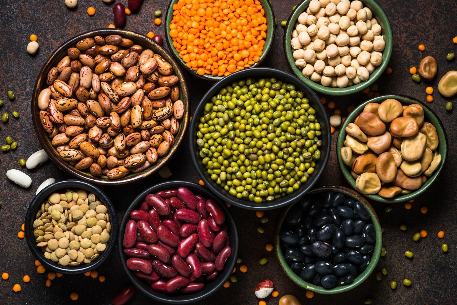 Verschiedene Hülsenfrüchte in Schalen