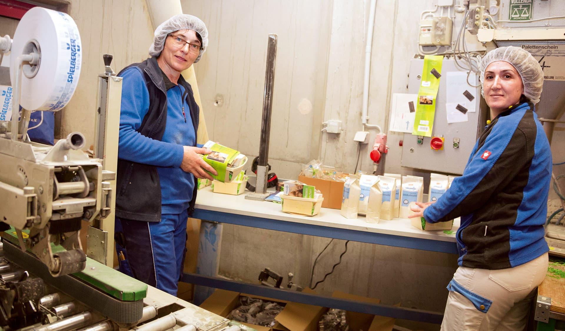 Zwei Mitarbeiterinnen in der Produktion