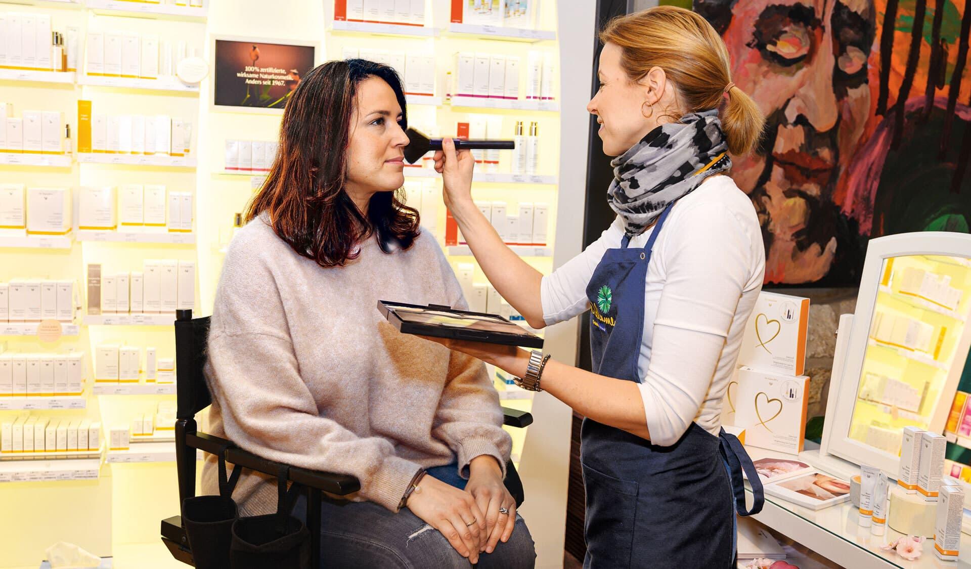 Christina Borg schminkt Kundin