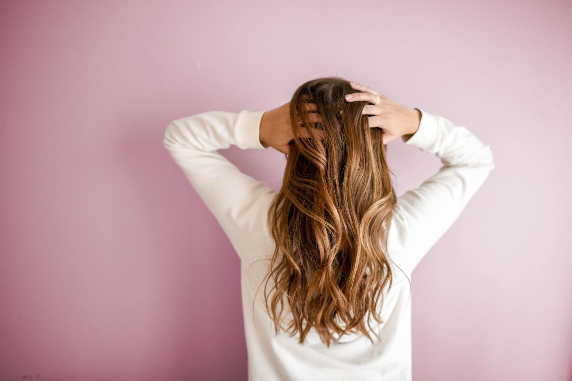 Frau mit Langen Haaren, fotografiert von hinten