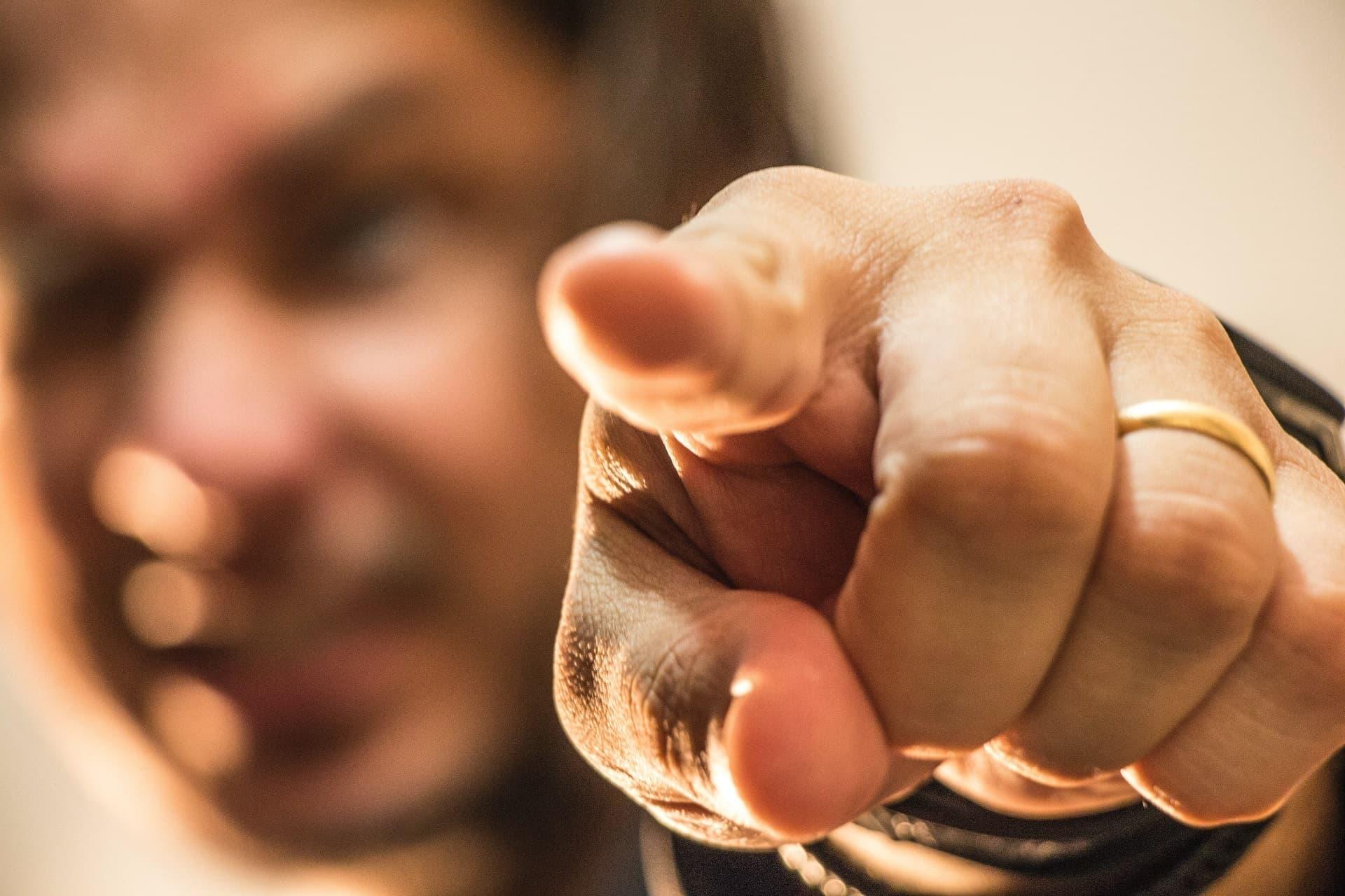 Mann zeigt mit Finger; Finger im Vordergrund