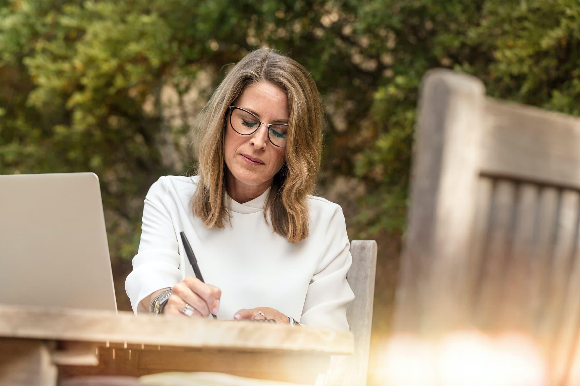 Frau mit Brille, die konzentriert arbeitet