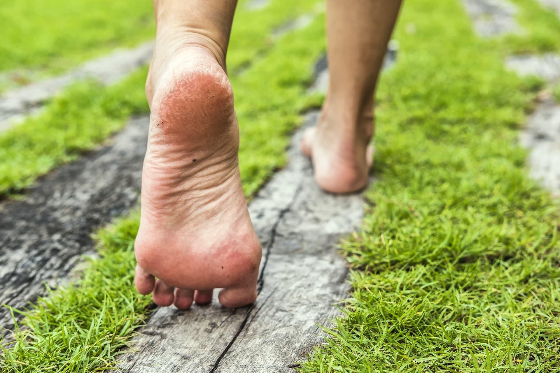 Füße gehen Schritt für Schritt