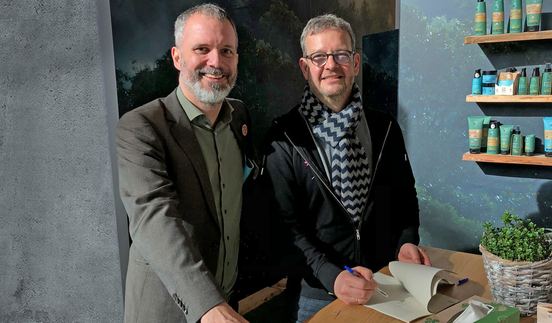 Timo Tottmann, Geschäftsführer Die Regionalen, und cosmondial-Geschäftsführer Stephan Becker (v.l.) bei der Vertragsunterzeichnung.