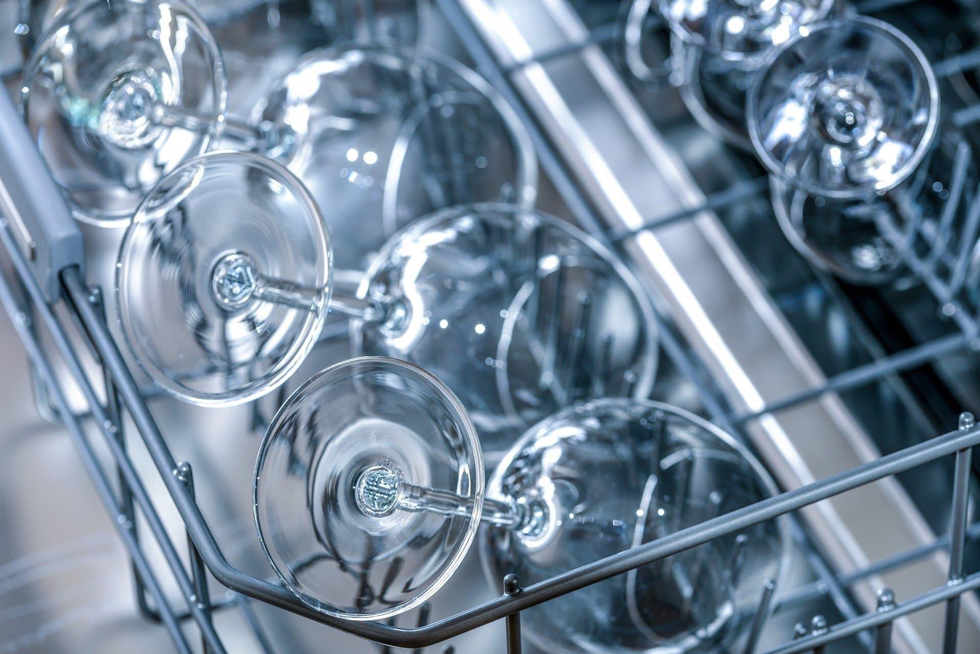 Saubere Gläser in Spülmaschine