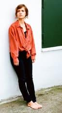 Liv Lisa Fries leht an einer Wand.