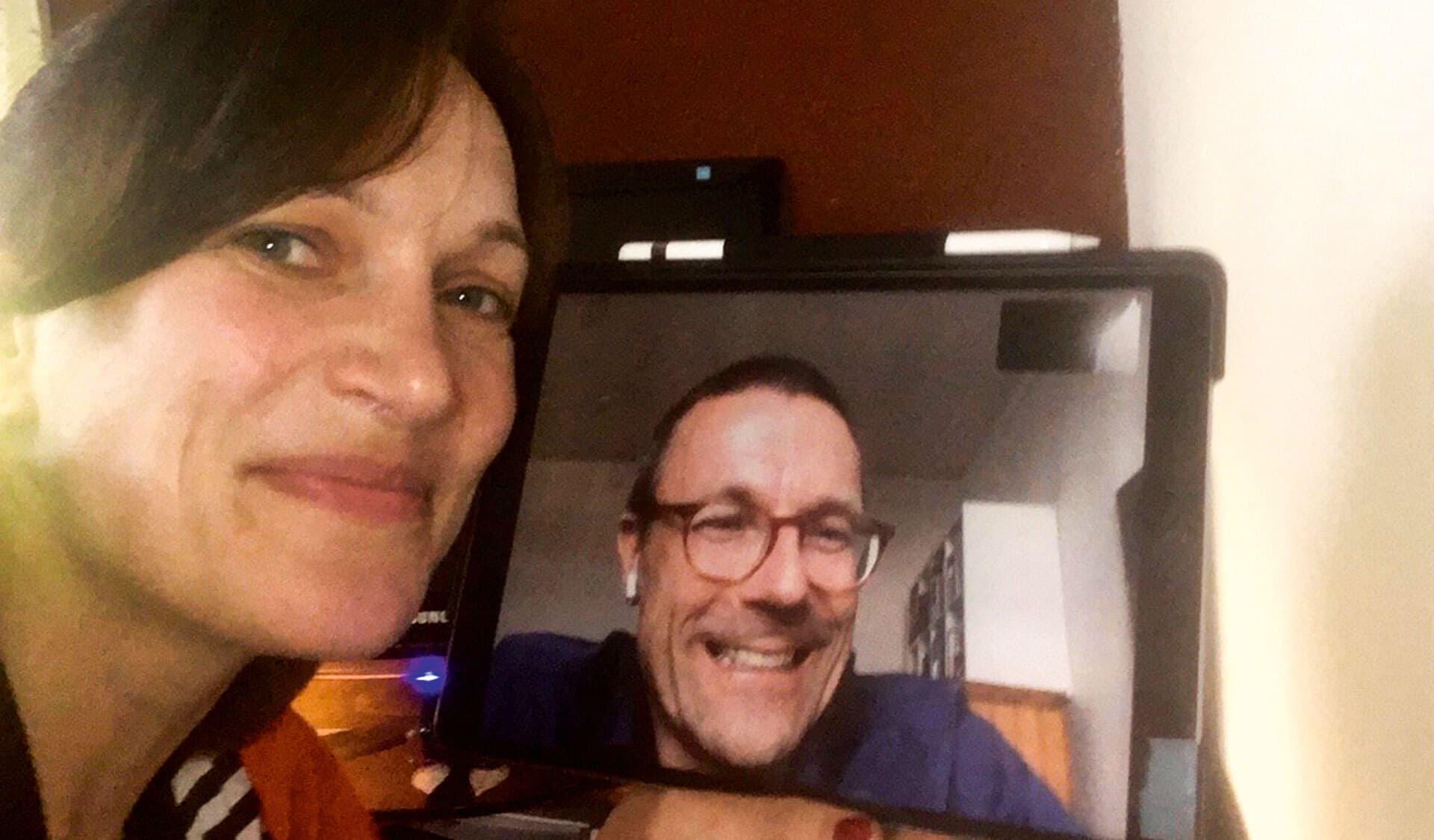 Gespräch per Video: Autorin Uta Gensichen neben ihrem Laptop. Auf dem Bildschirm ist Interviewpartner Prof. Dr. Uwe Schneidewind