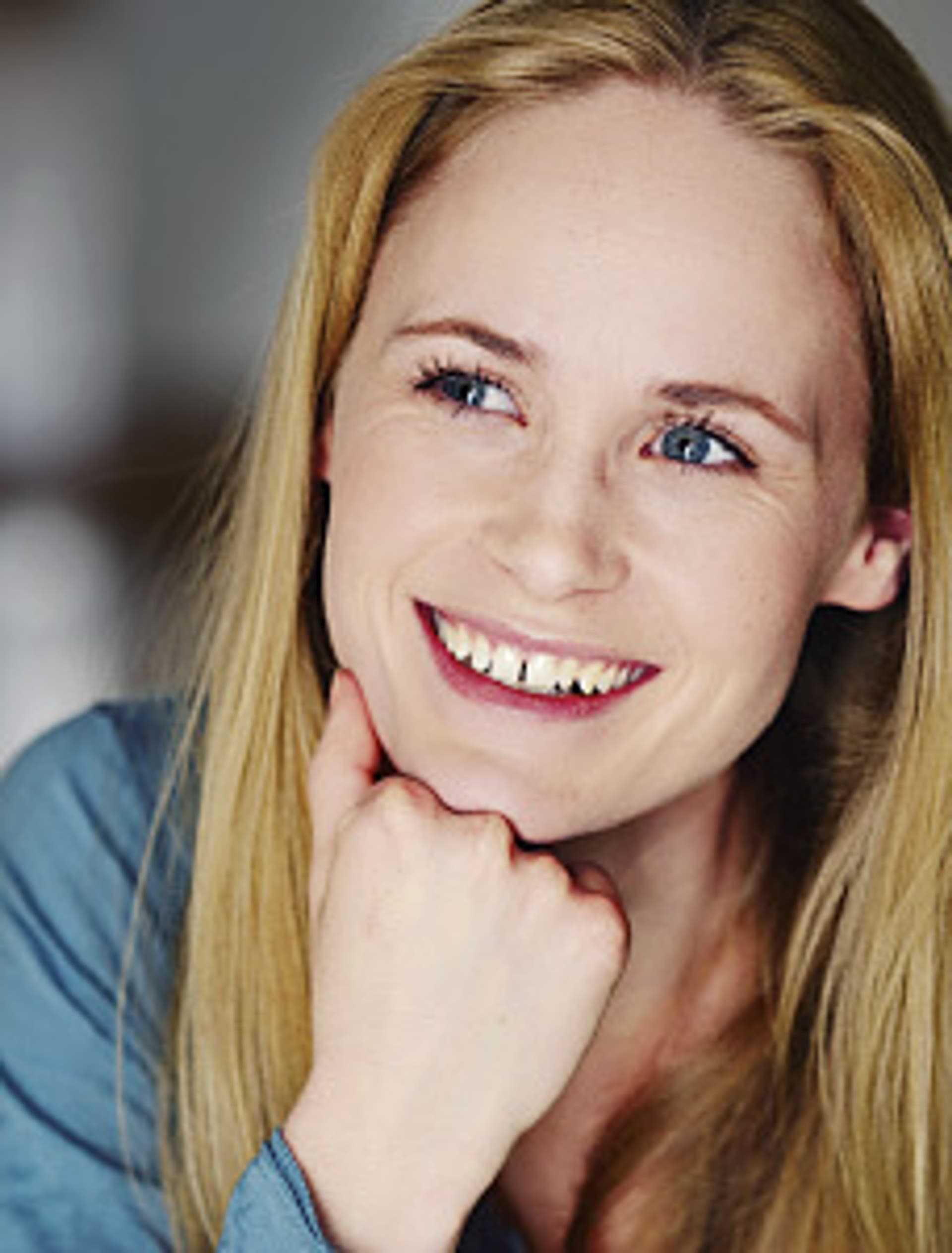 Porträt der Schauspielerin Inez Bjørg David, die in die Kamera lacht