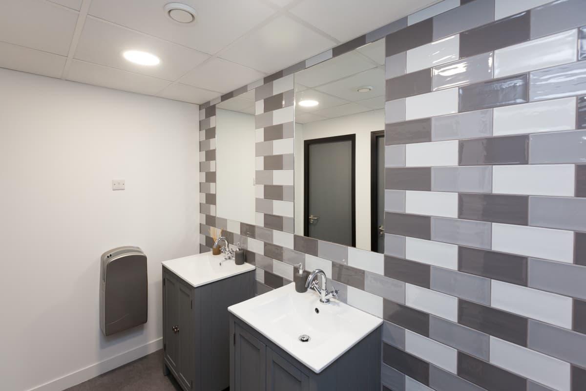 Bathroom vanity unit with bold tiles